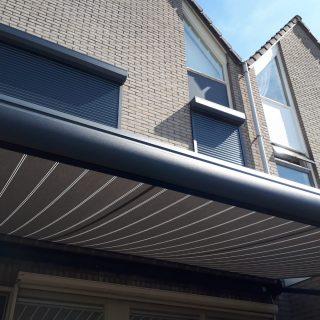 knikarmschermen terrasschermen grijs knikarmscherm terrasscherm zonnescherm antraciet Frema zonwering Rhenen Veenendaal Ede Wageningen e.o.