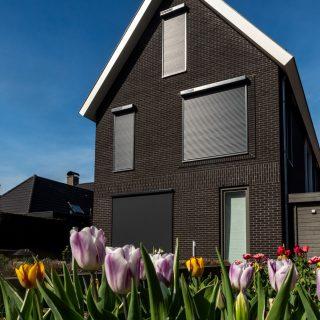 rolluiken op zonne-energie solarroluiken ritsscreens screens antraciet Frema zonwering regio Rhenen Veenendaal Wageningen Utrecht e.o.