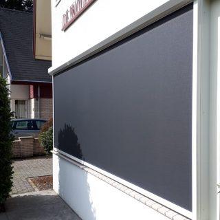 screens zonneschermen strak grijs antraciet grote ramen Frema zonwering Rhenen Veenendaal Wageningen Utrecht Ede e.o