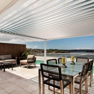 veranda met lamellendak terrasoverkapping wit grijs lamellen overkapping