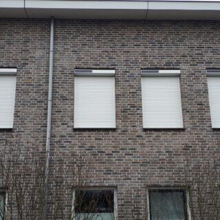 zonwering op zonne-energie solar rolluiken wit rolluiken appartement rolluik Frema zonwering Rhenen Veenendaal Ede Wageningen Utrecht Gelderland Betuwe eo